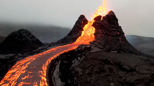 Captan con dron impresionante río de lava
