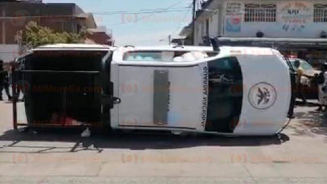 Patrulla de GN choca contra taxi y vuelca; hay 5 heridos, en Uruapan