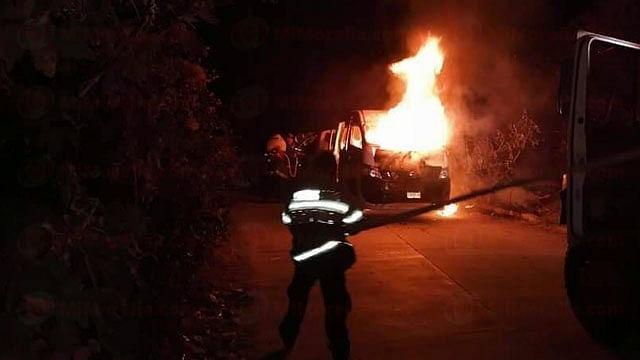 Delincuentes queman combi de la Ruta Morada con bombas molotov