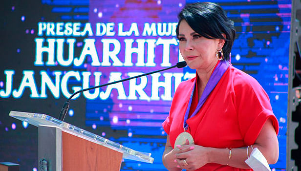 """Uruapan: Entregan Presea """"Huarhiti Janguarhiti 2021"""" a Carmen Orejel Aldaco"""