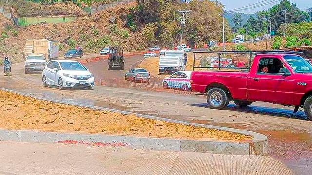 Reabren circulación en carril modernizado del Acceso Norponiente a Uruapan