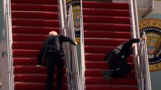 Joe Biden se cae al subir escaleras del avión presidencial [Video]