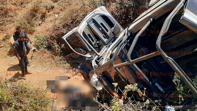Mueren dos policías al caer patrulla en barranco, en Michoacán