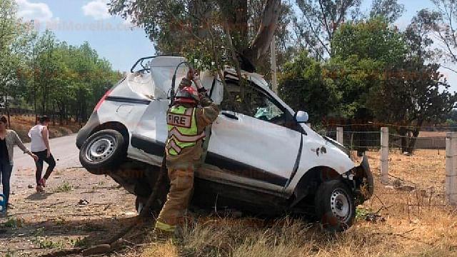 Dos muertos en choque de camioneta contra árbol en la Morelia-Pátzcuaro