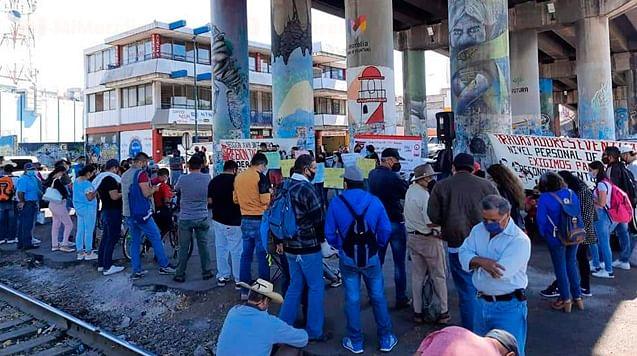 Maestros toman vías del tren en Morelia