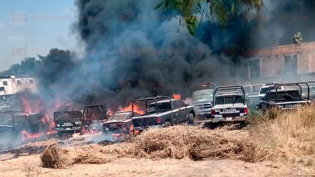 Arden vehículos en la parte trasera del Cuartel Valladolid, en Morelia