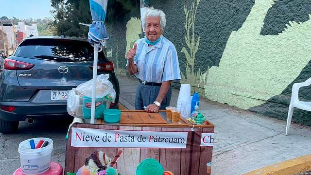 Abuelito moreliano vende nieve de pasta; piden hacer barrio