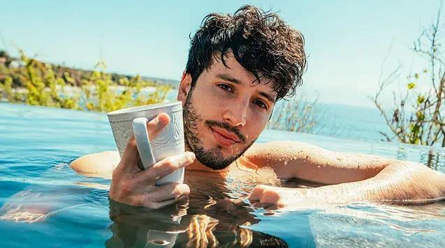 Sebastián Yatra se muestra en toalla y GRAN DETALLE  salta a la vista
