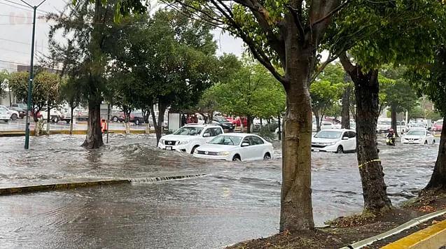 Lluvia deja encharcamientos en distintas partes de Morelia