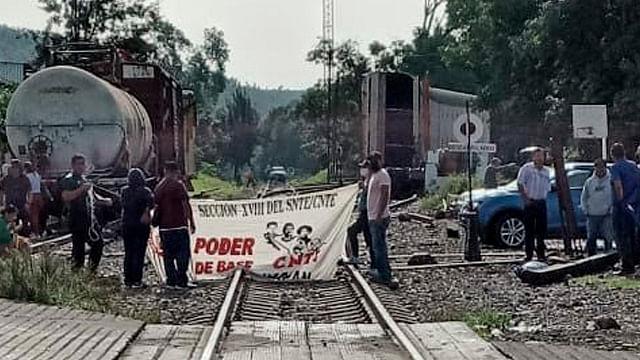 Pide KCSM intervención de autoridades para liberar vías del tren en Uruapan