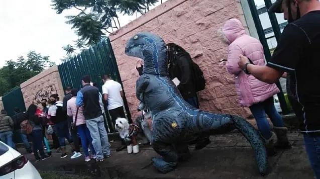 Moreliana se vacuna disfrazada de dinosaurio para no contagiarse de Covid