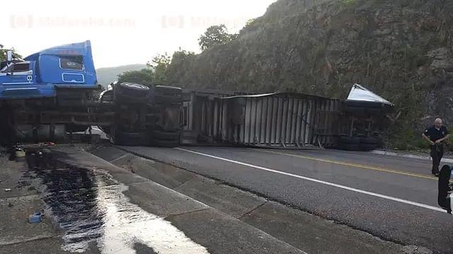 Vuelca tráiler con contenedores y bloquea la autopista Siglo XXI