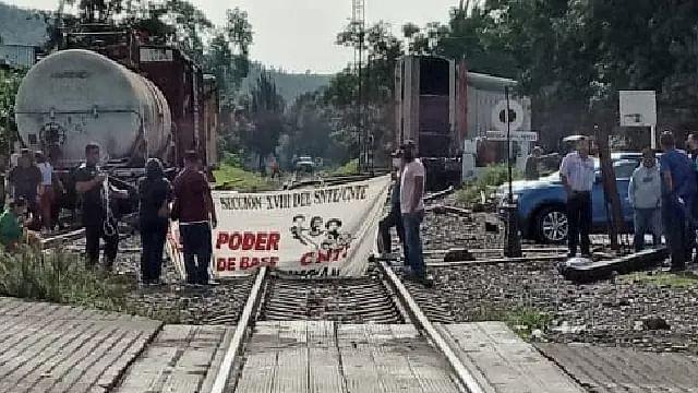 Bloquea Poder de Base vías del Tren en Caltzontzin