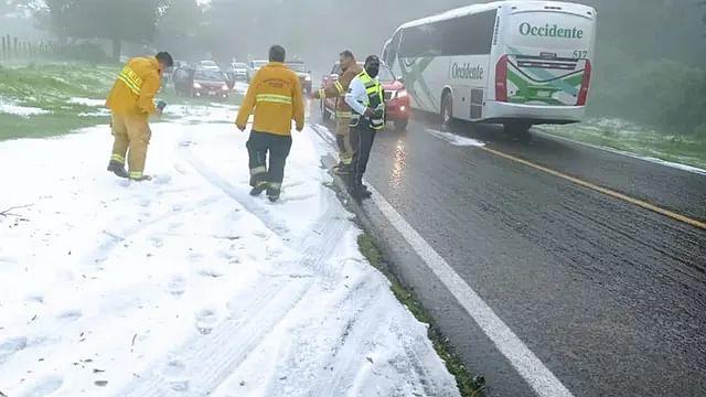 Granizada tiñe de blanco la carretera Quiroga-Zacapu, en Michoacán
