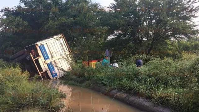 Vuelca camioneta de jornaleros en Parácuaro; hay 16 lesionados