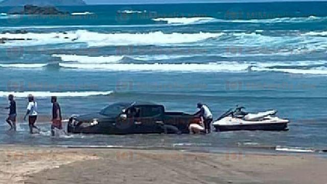 Meten camioneta a la arena y queda atrapada en playa Troncones