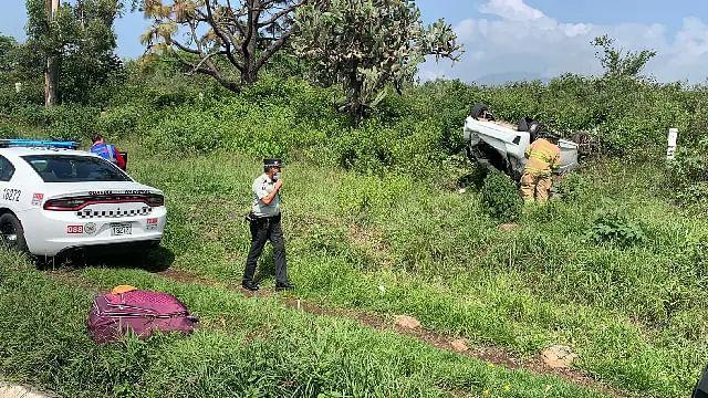 Vuelca automóvil en la salida a Pátzcuaro
