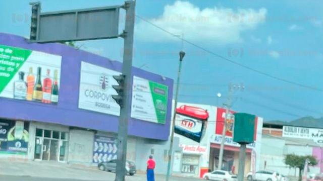 Falla eléctrica, causa de avería en semáforos frente al Mercado de Abastos