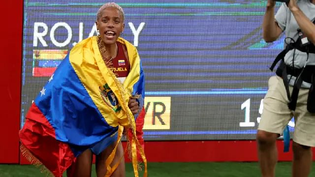 Yulimar Rojas se lleva el oro y rompe récord olímpico en salto triple