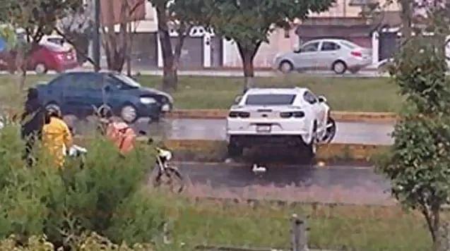 ACABA DE PASAR: Se sale del carril y atropella a motociclista, en Morelia