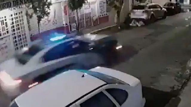 Motociclistas se estrellan y policías no los ayudan, en CDMX