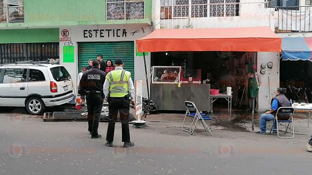 ¡Con las carnitas no! Camioneta choca contra negocio en Morelia