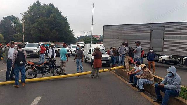 Magisterio cierra carretera y accesos a planta de Pemex en Uruapan por falta de pago