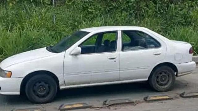 Detienen a tres hombres a bordo de auto con reporte de robo, en Uruapan