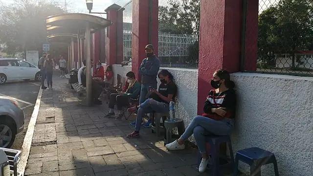 Denuncian venta de lugares en filas de vacunación en Morelia