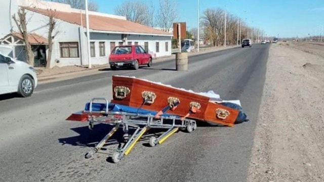 Por esquivar un bache, carroza tira el ataúd con un cadáver