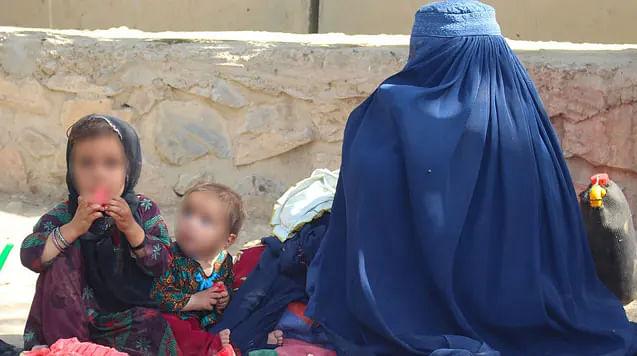 NO reír, NO maquillarse, NO ver por el balcón, serían prohibiciones de talibanes a MUJERES