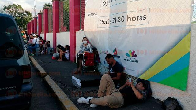 Nuevamente jóvenes comienzan a hacer fila desde temprano para la vacunación en Morelia