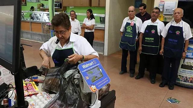 Adultos mayores podrán regresar como empacadores a Walmart