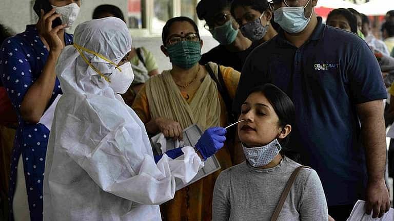 महाराष्ट्रात सलग तीन दिवस पॉझिटिव्ह कोरोना रूग्णसंख्येत घट, 26 मृत्यूंची नोंद