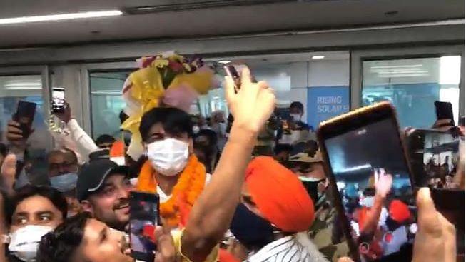 गोल्डनबॉय Neeraj Chopra दिल्लीत दाखल, विमानतळावर शेकडो चाहत्यांनी केलं जंगी स्वागत