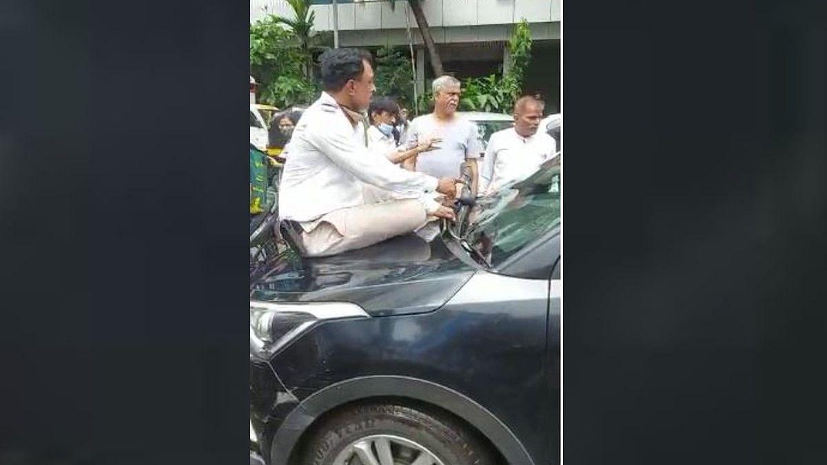 ट्रॅफिक हवालदार कारच्या बोनेटवर बसले असतानाही पळवली गाडी, मुंबईच्या अंधेरी भागातली धक्कादायक घटना
