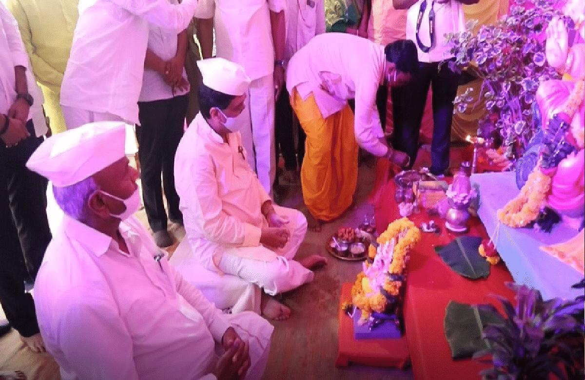 Ganesh Utsav 2021 : 'या' दिग्गज राजकारण्यांच्या घरी बाप्पाचं आगमन!