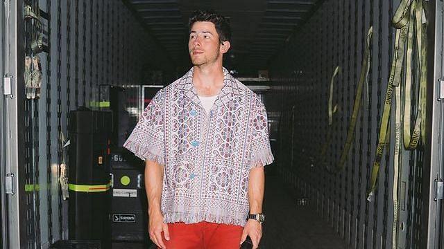अमेरिकन पॉप गायक निक जोनसने परिधान केला सोलापुरी चादरीपासून शिवलेला शर्ट, फोटो व्हायरल