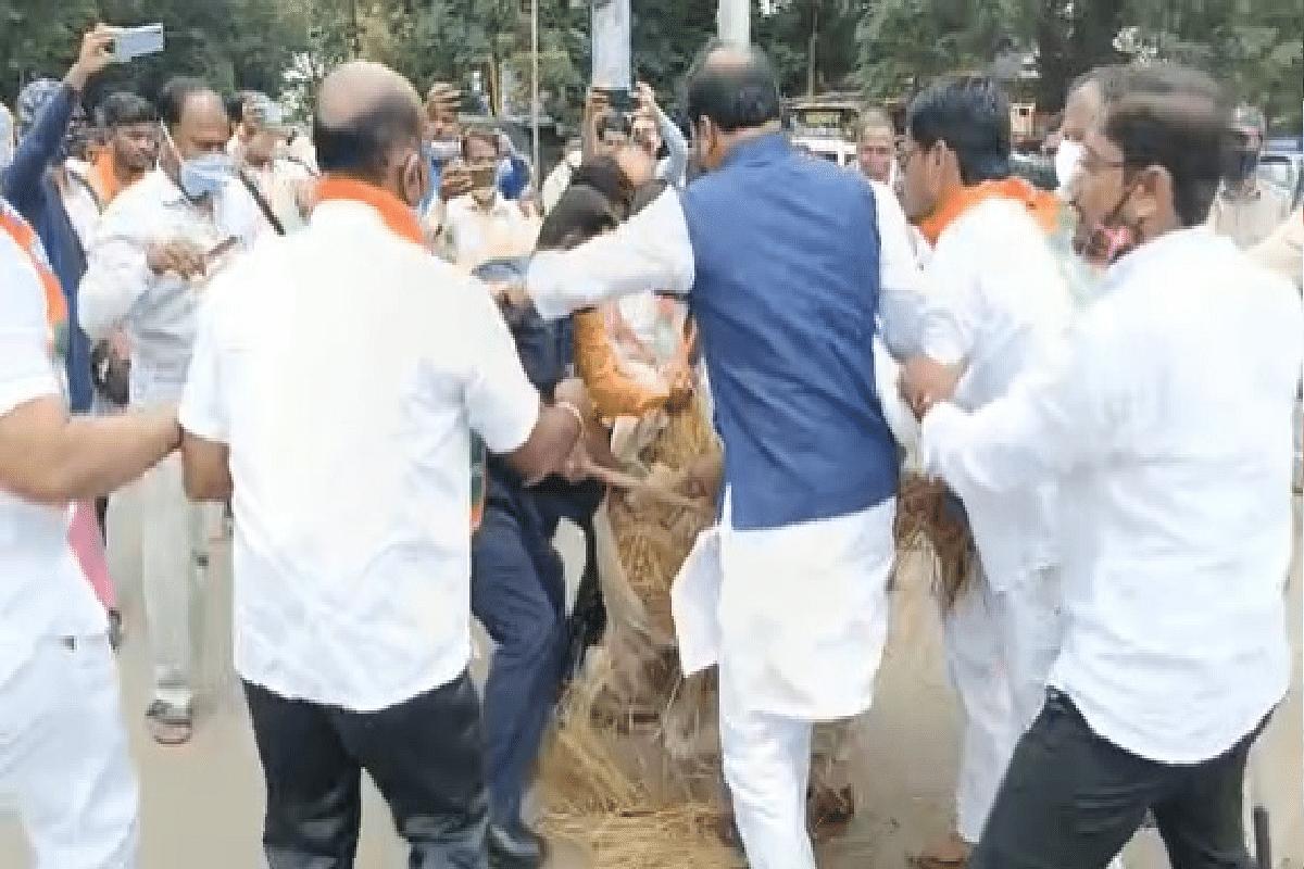 Solapur मध्ये CM Uddhav Thackeray यांचा पुतळा जाळण्याचा भाजप कार्यकर्त्यांचा प्रयत्न