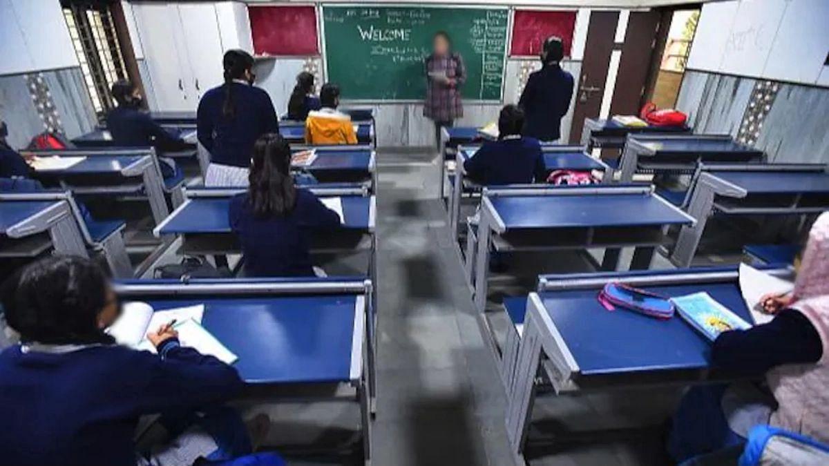 विद्यार्थ्याला पेन फेकून मारला; शिक्षिकेला निवृत्तीनंतर एका वर्षाची तुरुंगवासाची शिक्षा