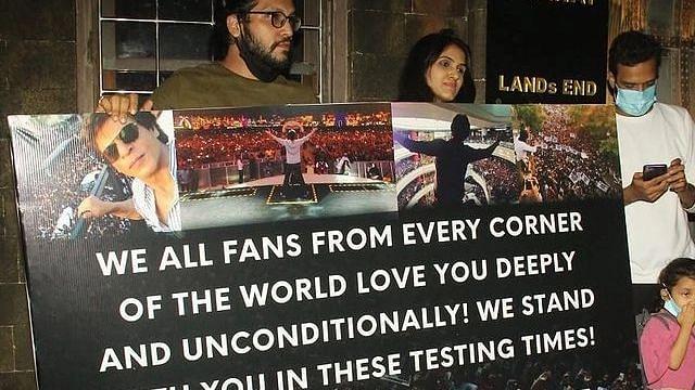 आर्यन खान प्रकरणानंतर शाहरुखचे फॅन्स जमले मन्नतच्या बाहेर त्याला म्हणाले Take Care