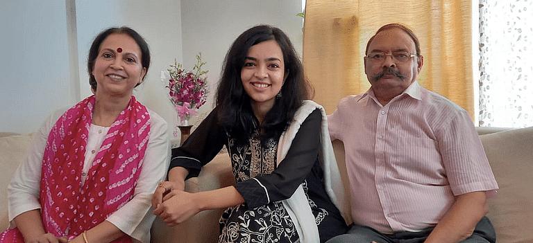 अपाला मिश्रा आपल्या आई-वडिलांसोबत.