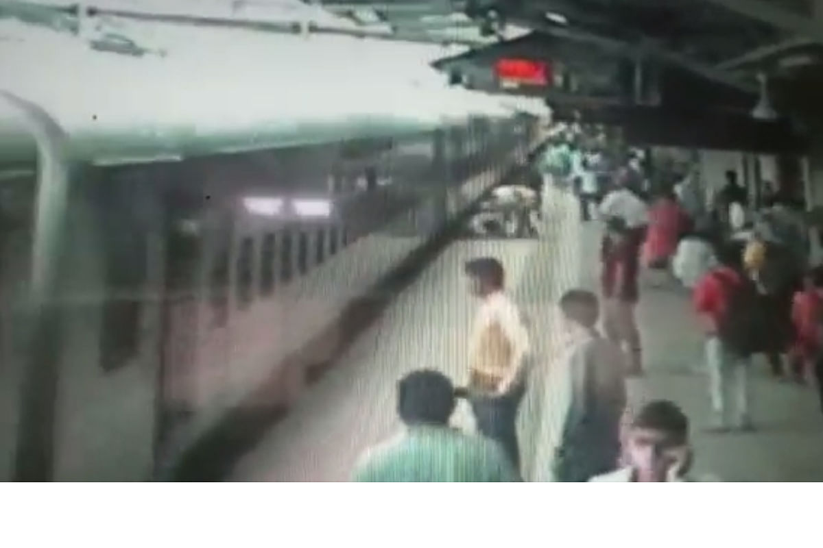 कल्याण CCTV व्हिडीओ : काळ आला होता, पण...; 'त्या' दोघी धावल्या म्हणून वाचले प्राण