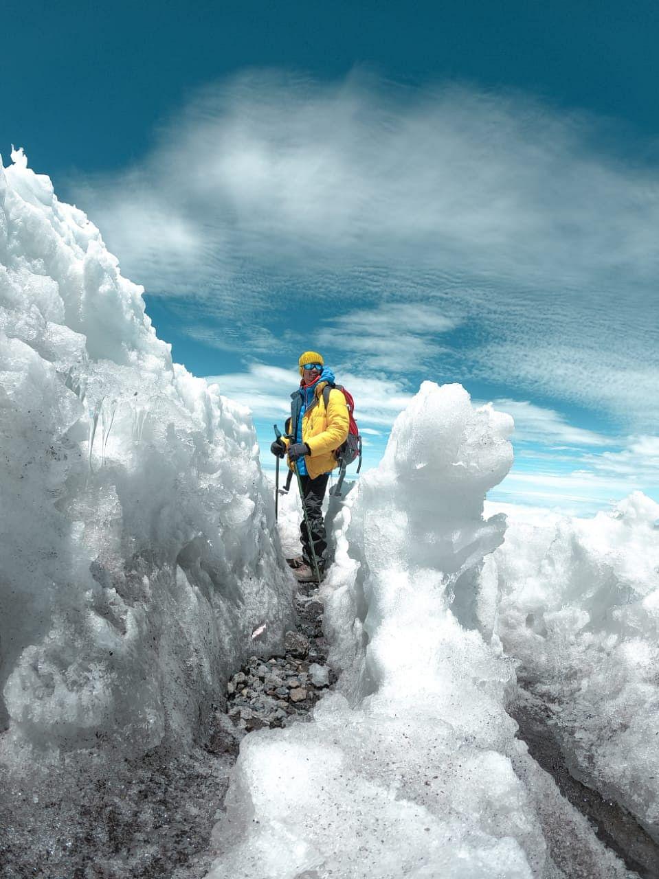 पर्वतावर चढाईदरम्यान यश इंगोले