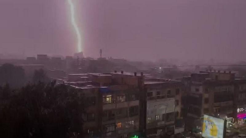 Heavy Rain in Pune : पुण्याला मुसळधार पावसाने झोडपलं, स्टेशन परिसरात पाणी साचलं