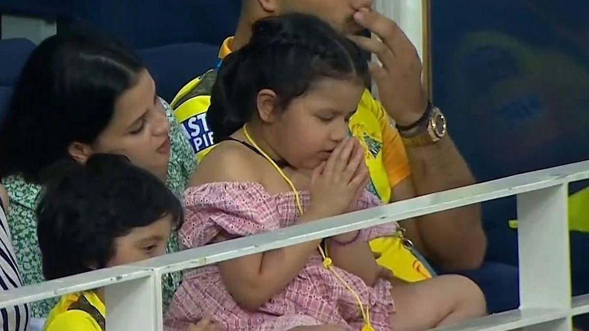 IPL 2021 : बाबांची मॅच सुरु असताना लाडकी झिवा करत होती देवाकडे प्रार्थना, क्यूट फोटो व्हायरल