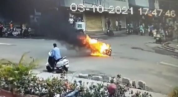 पगार न देणाऱ्या मालकाची बाईक मजुराने भर रस्त्यात जाळली, पोलिसांनी केली मजुराला अटक