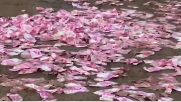 Video : वसईत दोन हजाराच्या नोटांचा पाऊस? नोटा गोळा करायला स्थानिकांची रस्त्यावर गर्दी