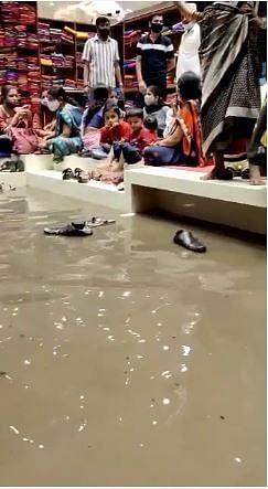 अहमदनगरमध्ये कपड्यांच्या दुकानात पाणी शिरल्यामुळे निर्माण झालेली परिस्थिती