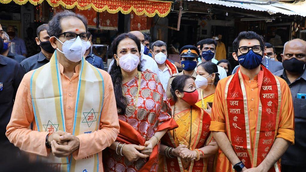 CM Uddhav Thackeray: मंदिरं सुरु होताच पहिल्याच दिवशी मुख्यमंत्र्यांनी कुटुंबीयांसह घेतलं देवीचं दर्शन